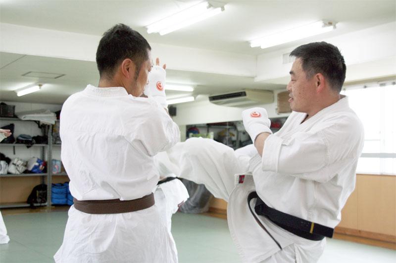 一般部 二人一組で組手の練習。