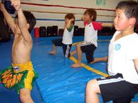 少年ムエタイクラスでワイクルーを踊っている生徒